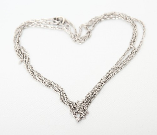 Цепочка из серебра в  форме сердца.
